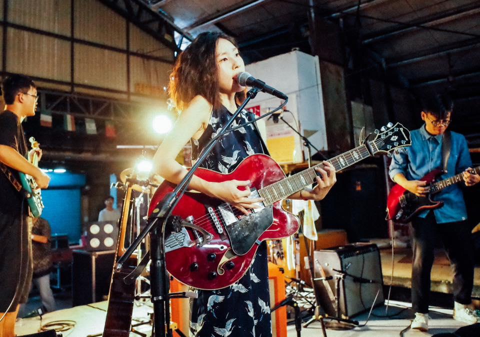 淺堤在新興第一公有市場開唱。攝影/基奇(via)