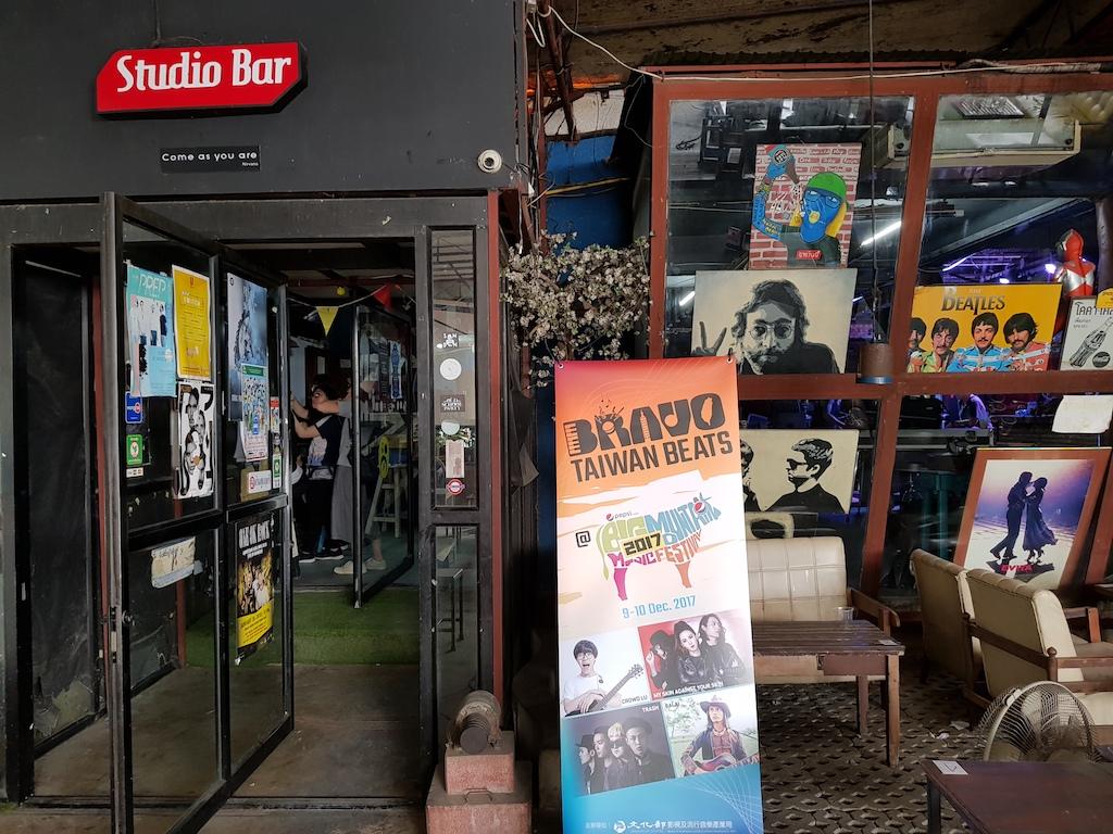 Play Yard 的演出場地就在餐廳區旁,兩扇旋轉門後。