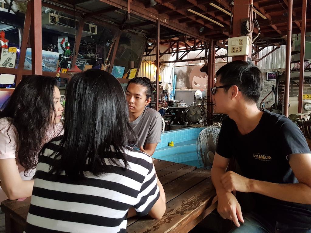 左邊為金曲音樂節時到過台灣演出的 My Life As Ali Thomas 的團員受訪中。右邊為負責翻譯的導遊泰華。
