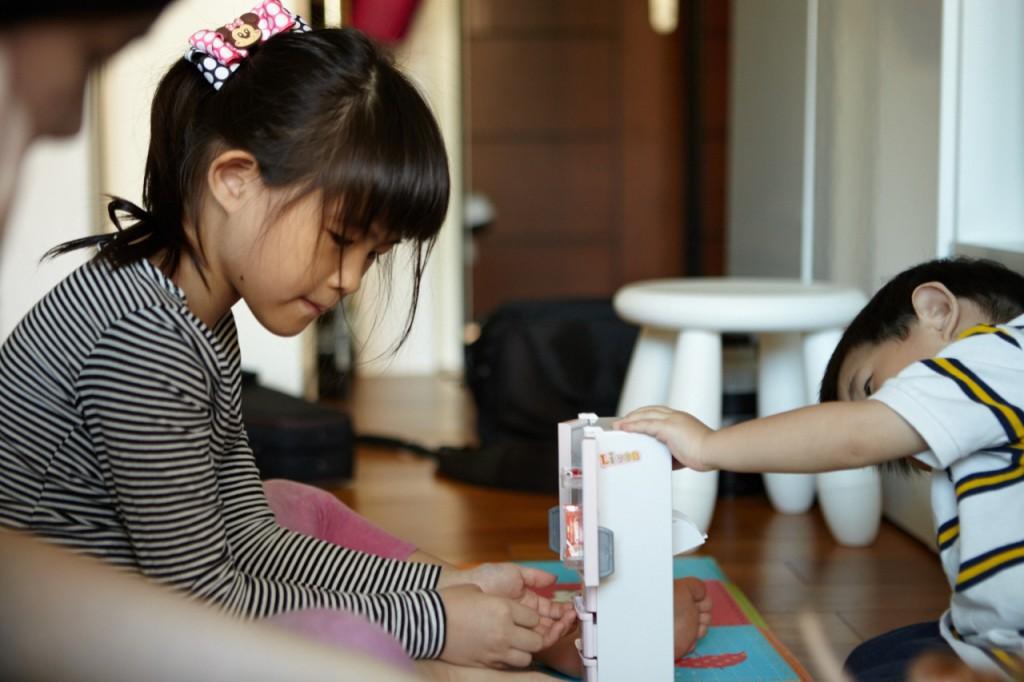 兩姊弟感情不錯,相差五歲還是常常一起玩,只有在搶玩具時會吵架。