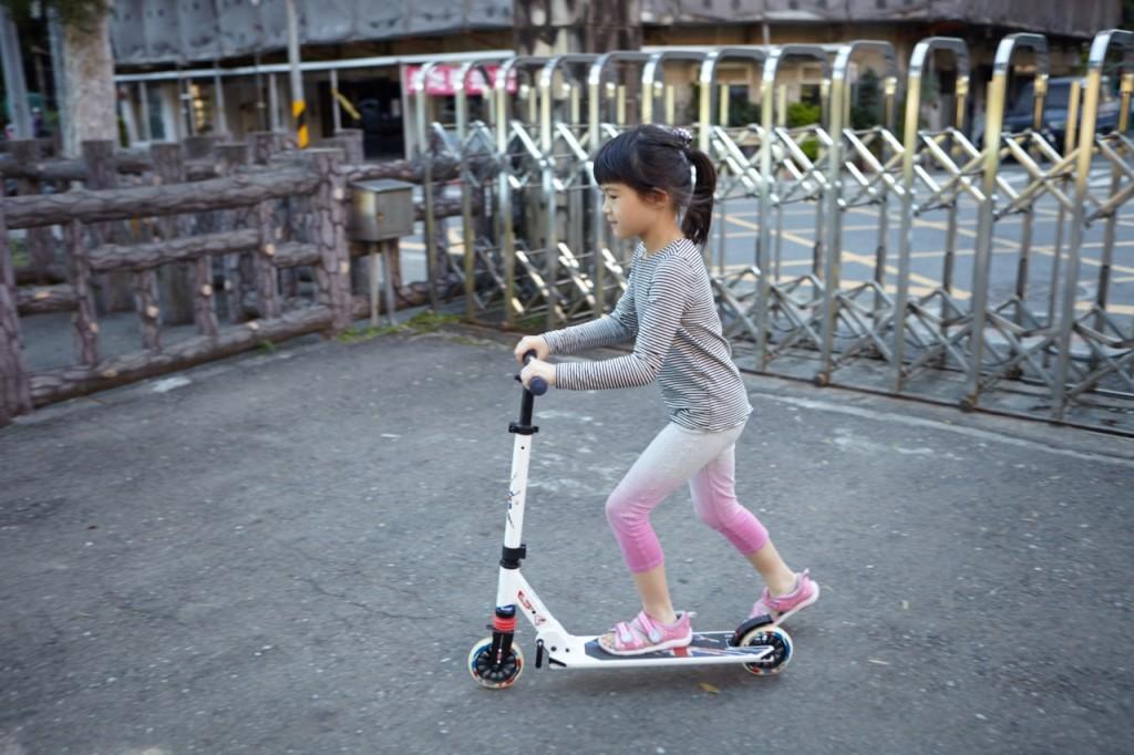才剛抵達公園,賴心樂就溜著她的滑板車往前直衝,眨眼間便消失在步道盡頭。