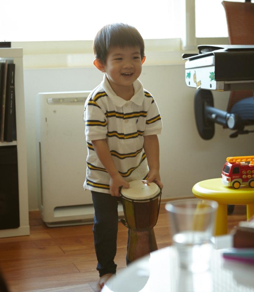 賴錚最喜歡的是有次去六福村玩,一位非洲人送的小金杯鼓。