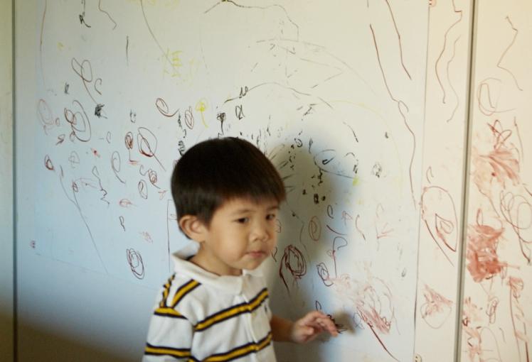 賴錚指著牆上一圈一圈的線條:「麵麵!」原來是在畫麵條啊!