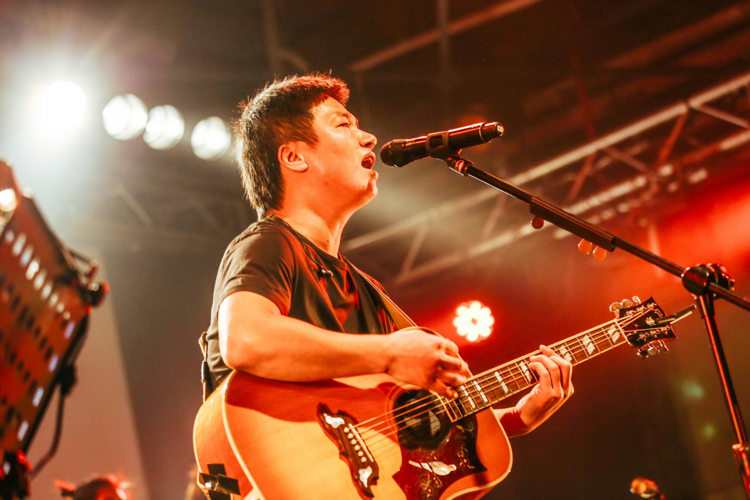 兩個半小時,25 首歌,合唱與歡呼,李志和歌迷一同燃燒了台北的冬夜。