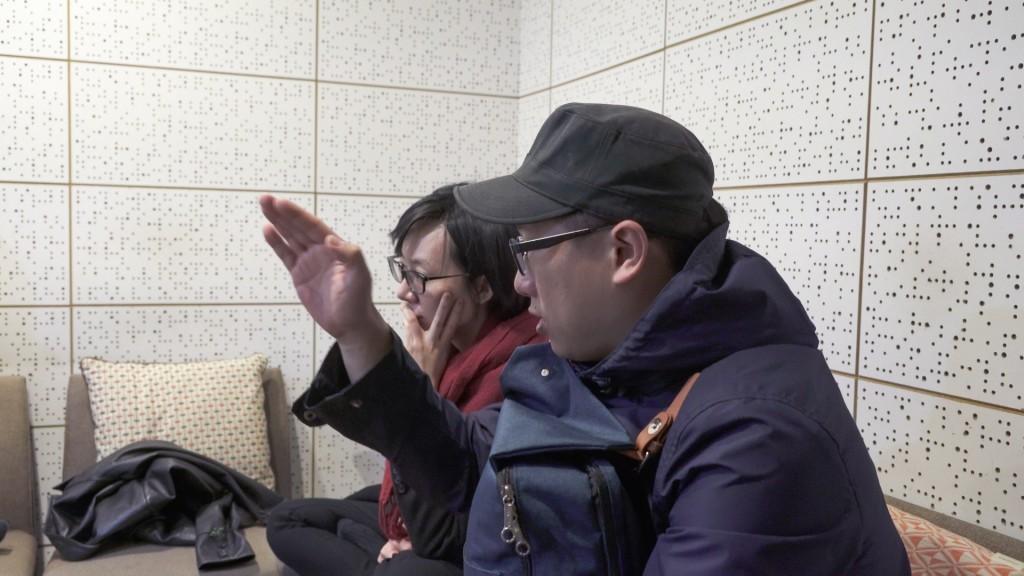 柯智豪和所有配音員討論錄音(柯智豪提供)。