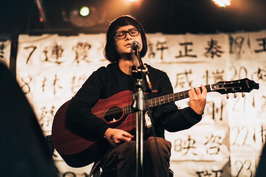 Waiting Room 老板之一的 Ahblue 翻唱楊乃文的《應該》。(攝影:陳藝堂)