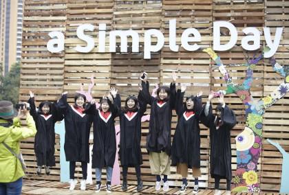 靠近會場中央、主舞台之控台背面搭了一片掛有「a Simple Day」字樣的大木板,無時無刻都有民眾排隊合影留念。