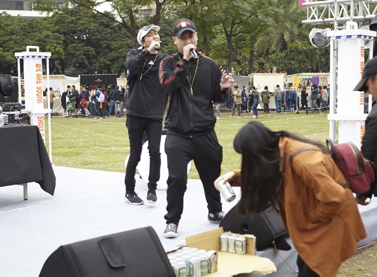 All In One Music擔任StreetVoice x Legacy 舞台第一組開場演出先鋒,他們特別在台前放了整箱啤酒供民眾自由拿取。這麼快就要進入狀況了嗎(笑)?