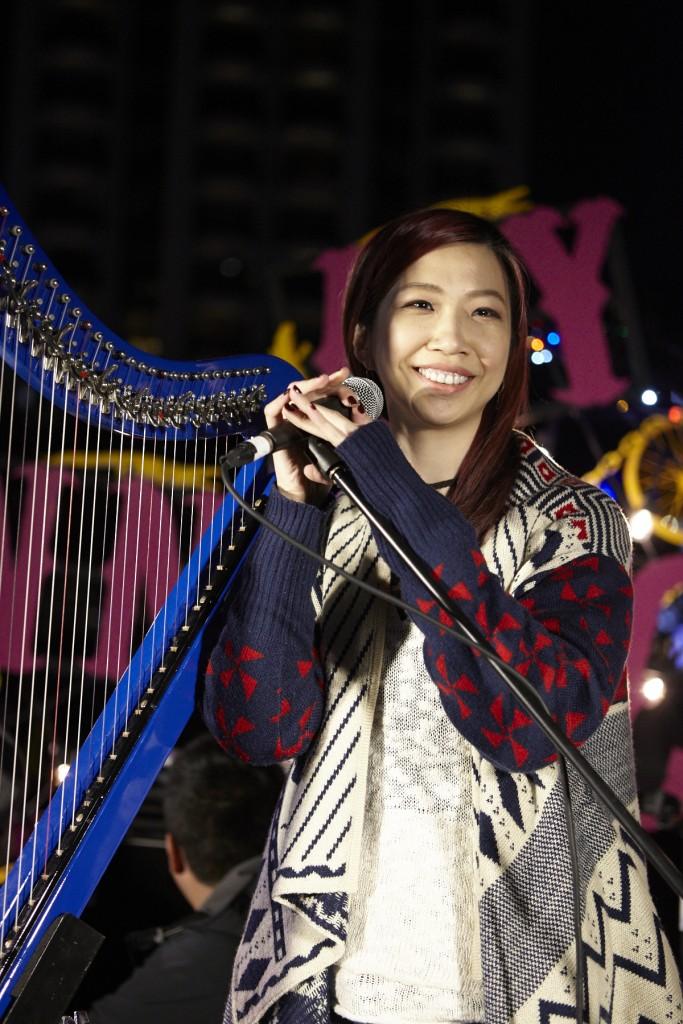 蘇珮卿帶著心愛的藍色豎琴在綠意舞台優雅開唱。