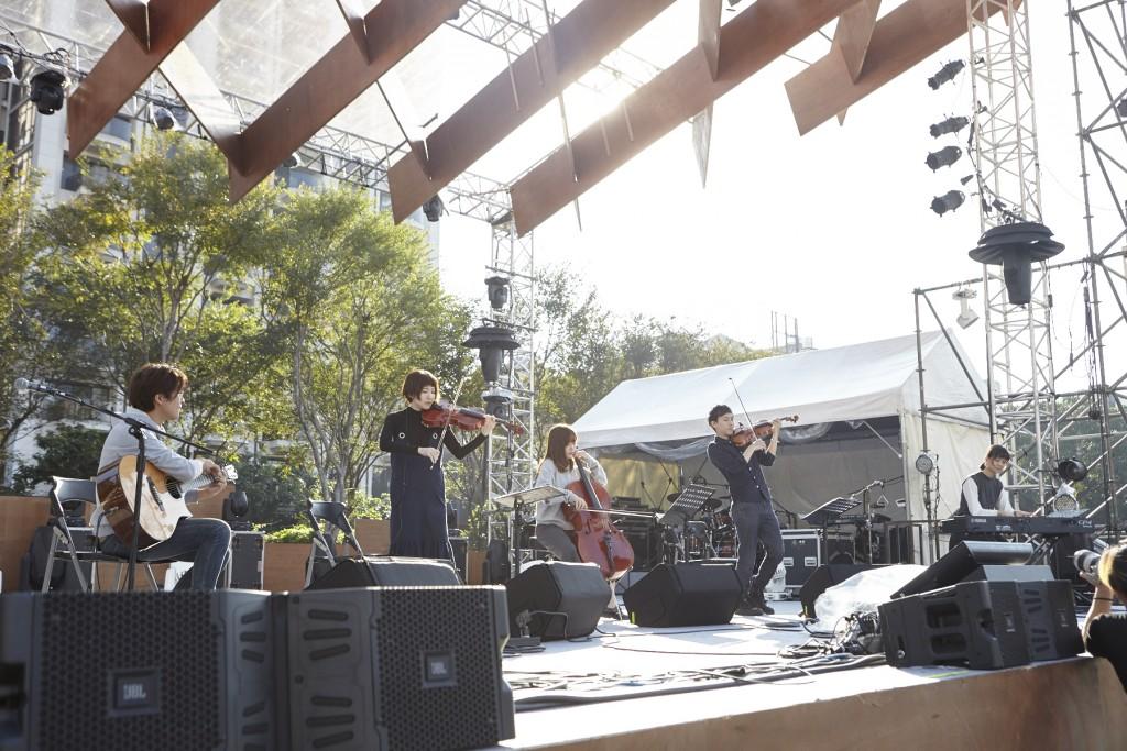 週四的微風舞台由器樂演奏樂團Cicada揭開序幕,悠揚的弦樂、清脆的鋼琴與吉他非常適合閉眼聆聽,幻想自己在演岩井俊二的電影。