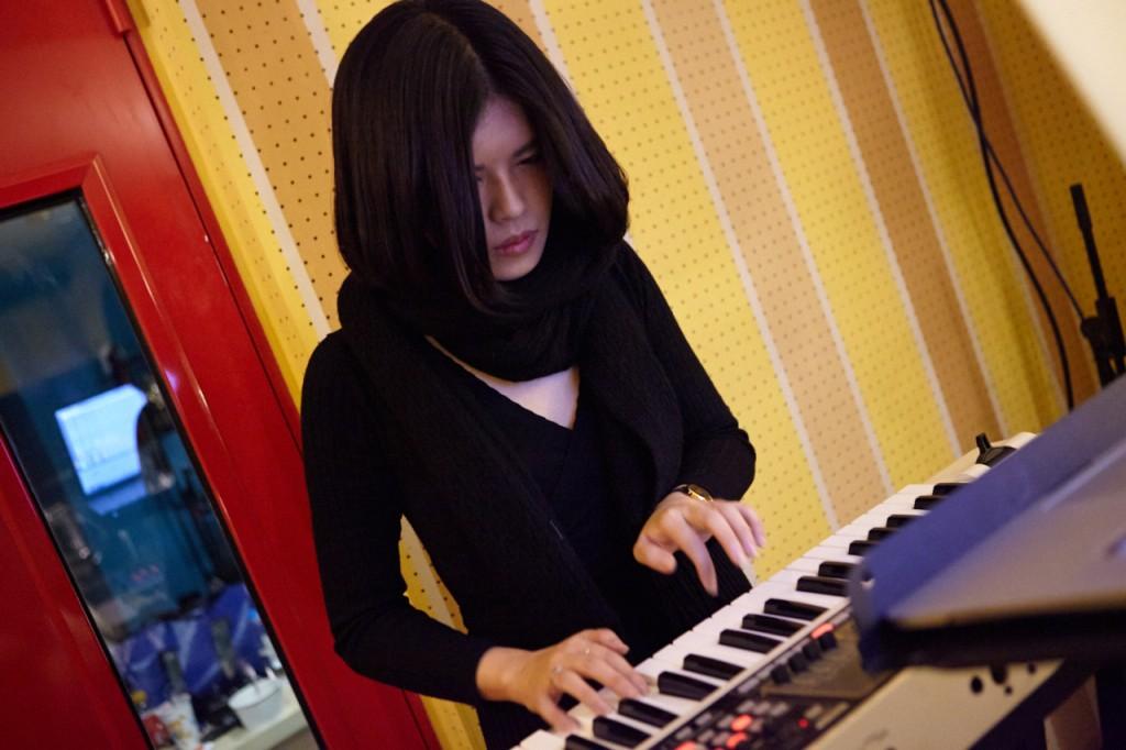 Ruby不只參與音樂製作,有時也會在表演中擔任合成器手。