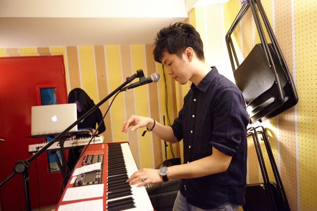 身為守夜人創作主腦的旭章,同時也有在幫主流歌手寫歌編曲、擔任演唱會樂手及製作人。因為抽到跟自己生日數字(3/18)一模一樣的統編號碼,覺得是命中注定,就成立了冰鳥工作室。