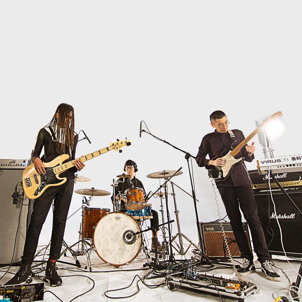 由人聲/吉他手陳陳陳、人聲/貝斯手 Eli、鼓手/採樣王沈飛所組成的雙主唱迷幻電子團「香料」,成員來自杭州與美國。
