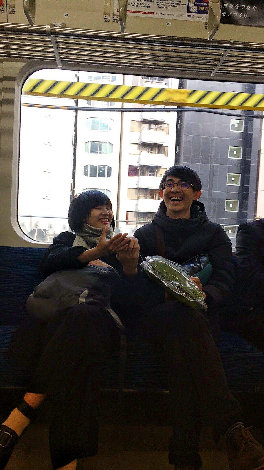 在電車上,嘉欽拍下我跟凱翔不知道在講什麼但很開心的感覺,哈哈哈。