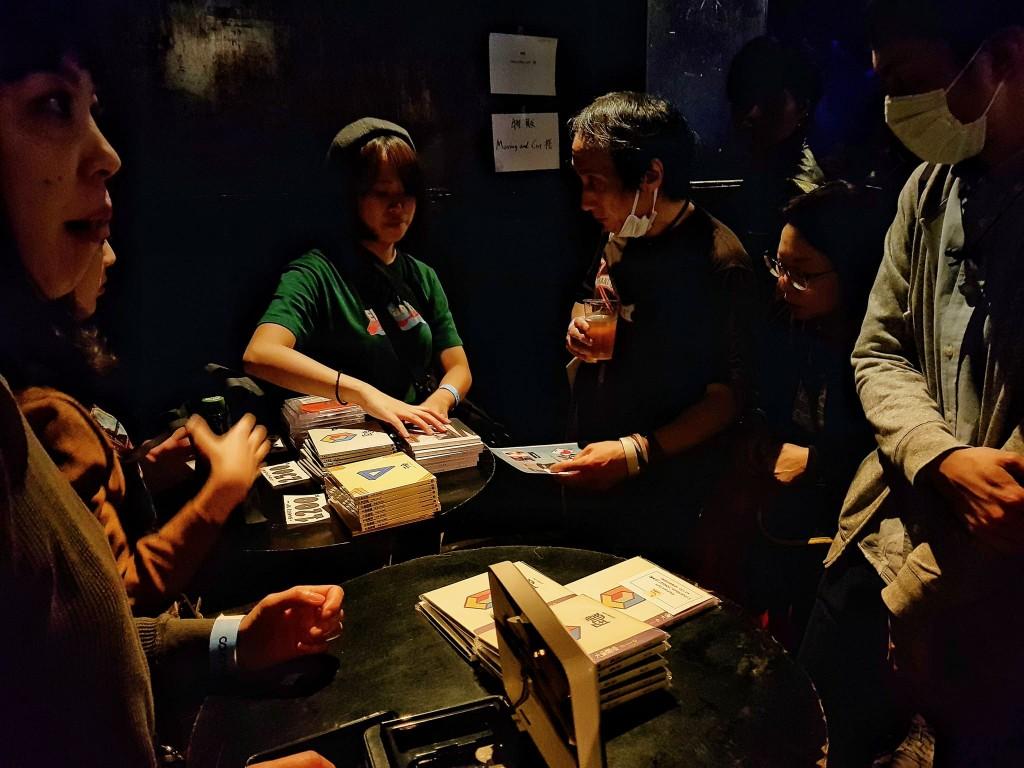 在 clubasia 吧台區買大象體操週邊的日本人們。