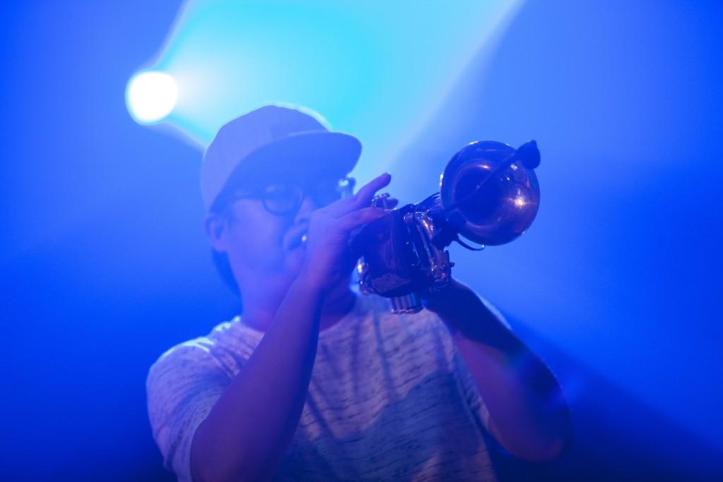 小號的加入把曲子變得明亮有朝氣,台下跟著點頭律動的觀眾也變多了。