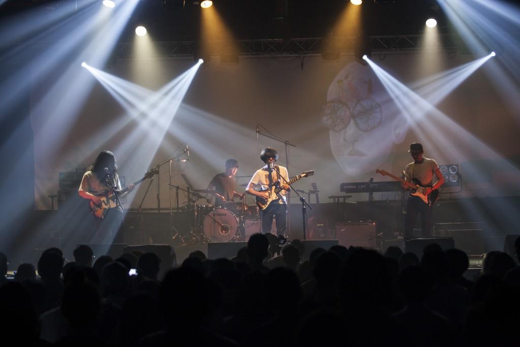 Little Shy on Allen Street 音樂像極了吸收英倫搖滾的香港樂團,不過台上這幾個年輕人卻是真真實實的台灣囡仔。
