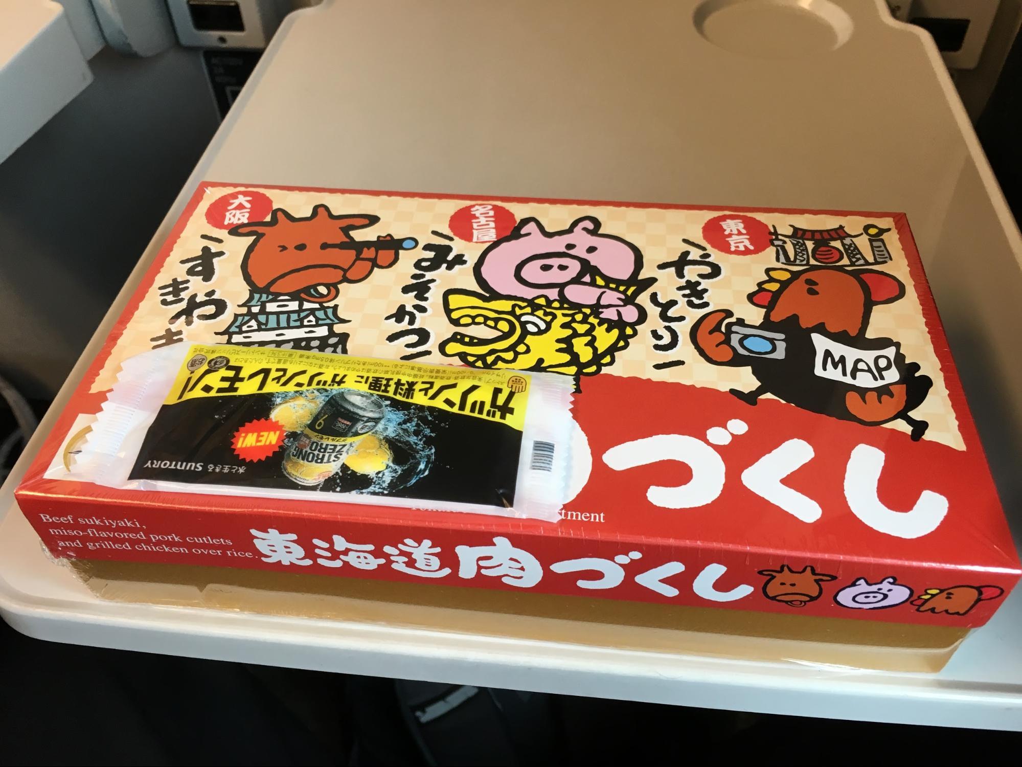 新幹線的新大阪站販售的便當,有三種肉類,畫得很可愛,但等下要被吃掉(嗚對不起)。