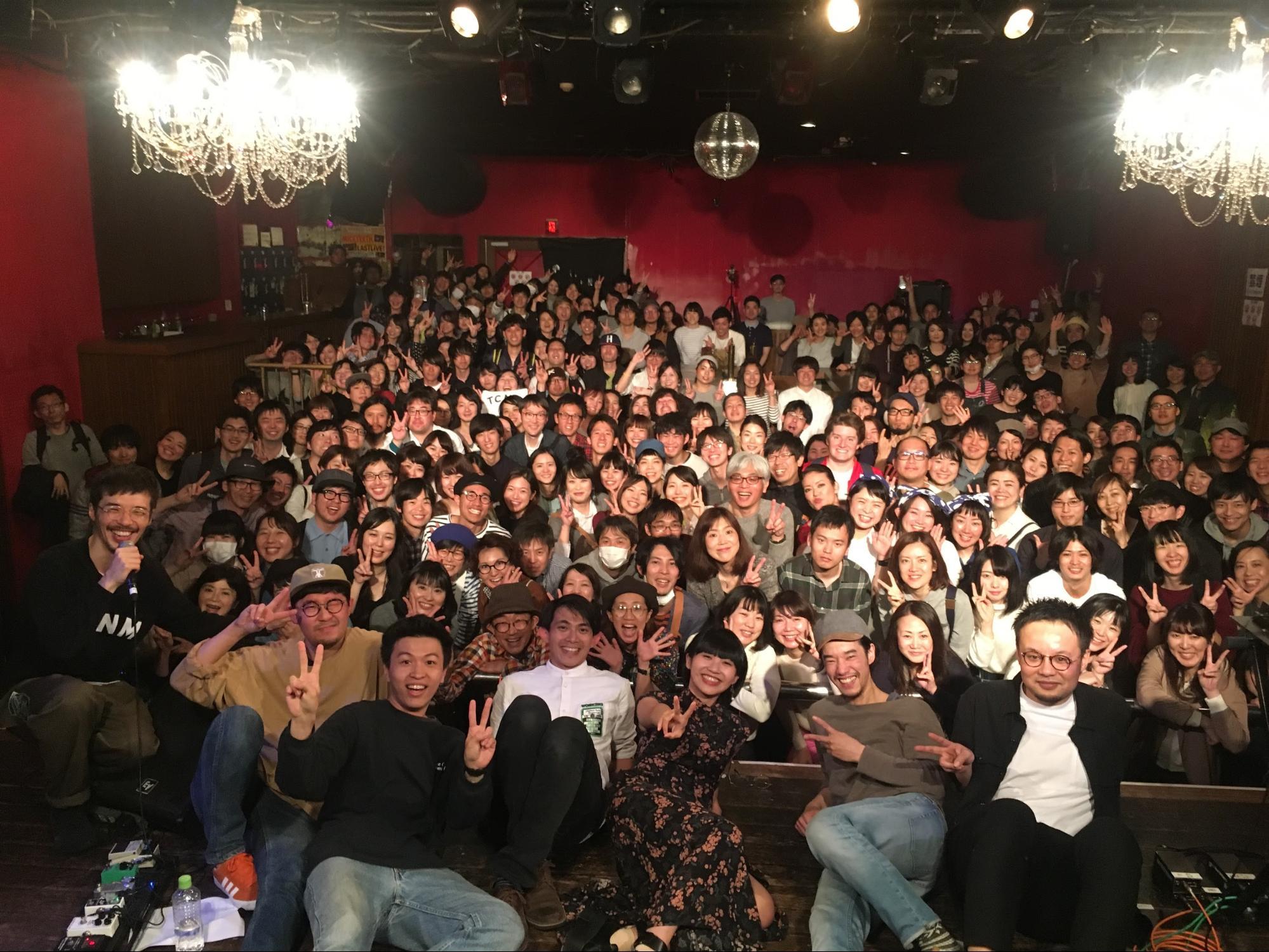 今天演出後大家的合影,在我右邊的是toconoma的貝斯手,是近期發花癡的對象。(今天還用日文對台下的觀眾說了,真是不知羞恥)