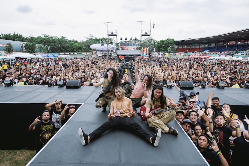 【圖說 20180506_10】台灣金屬樂團登上Pulp Summer Slam 賣力演出。圖為火燒島演出後與樂迷合影。