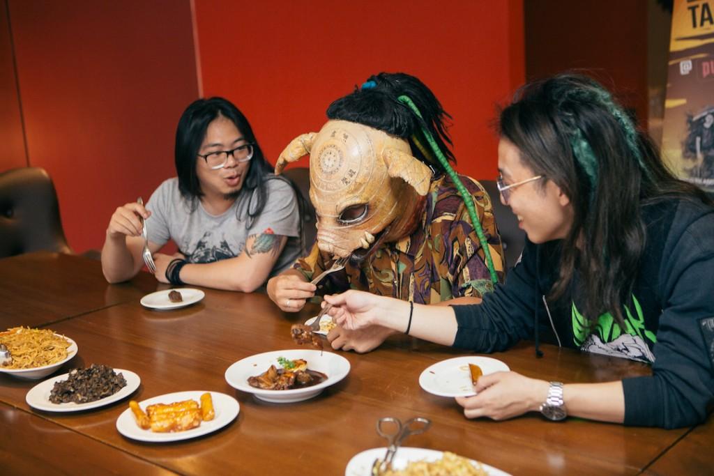 (左起)暴君、血肉果汁機、火燒島三團主唱受媒體邀請,品嚐菲律賓在地美食。