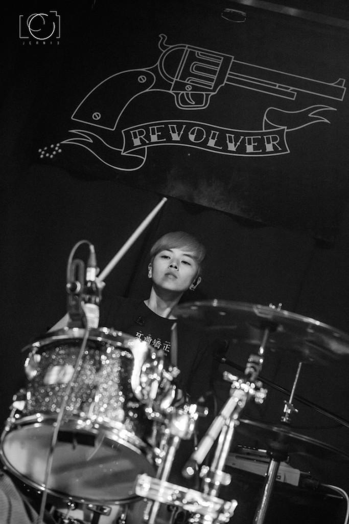 同樣是獅子座的鼓手Cho,正職是果汁店長工,喜歡看電影、幫(自己養的8隻)狗狗洗澡。(photo by Jeanie Photography)