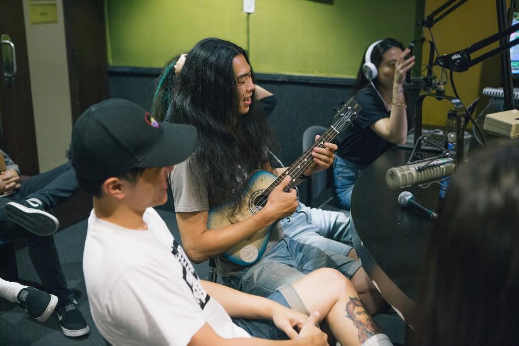 5/4 下午電台受訪,用烏克麗麗組了一支金屬團。