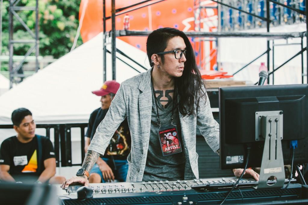 Billy Drummed 今年五月隨台灣三組金屬樂團前往馬尼拉,擔任隨團音控。