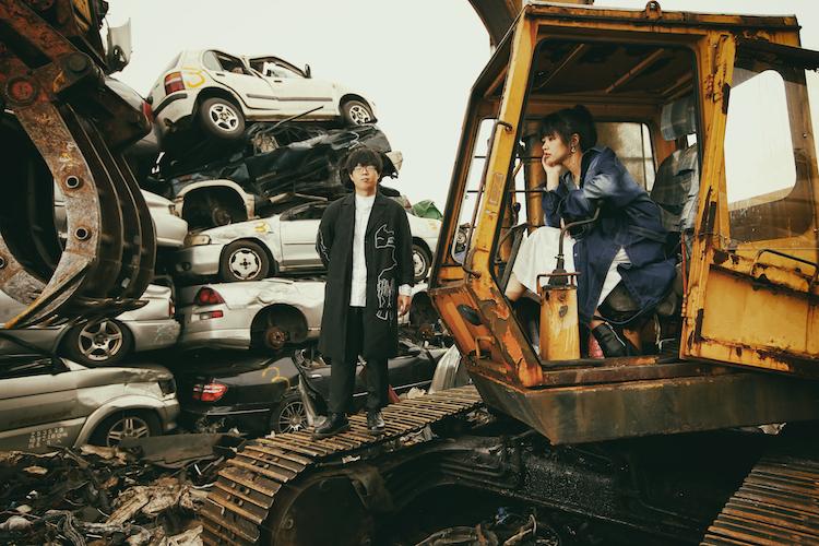 宣傳照取景於台北某廢車場,據說攝影師郭政彰為了拍出好照片,竟然整個人趴在廢油上掌鏡,專業態度令人敬佩!