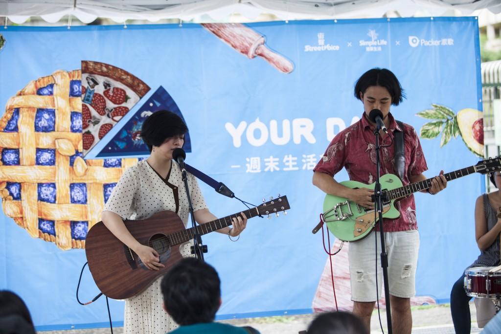 主唱謝孟庭(左)與吉他手褚士銘(右)。