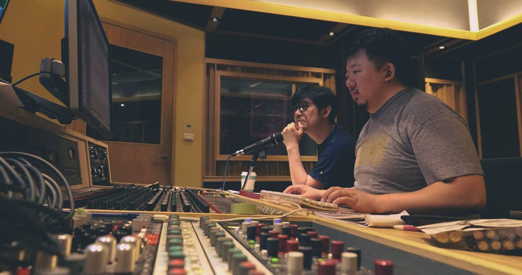《OST》專輯一部分錄音在 112F 錄音室完成,並由錄音師 Zen 操刀,一旁的即是專輯製作人陳建騏。(Photo Credit:吳東陽)
