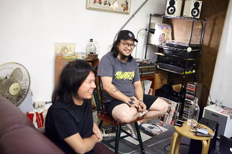 邱孝齊(右)多年來持續在推廣 Asalato,MV 的 1:21 處有他把玩沙鈴的身影。