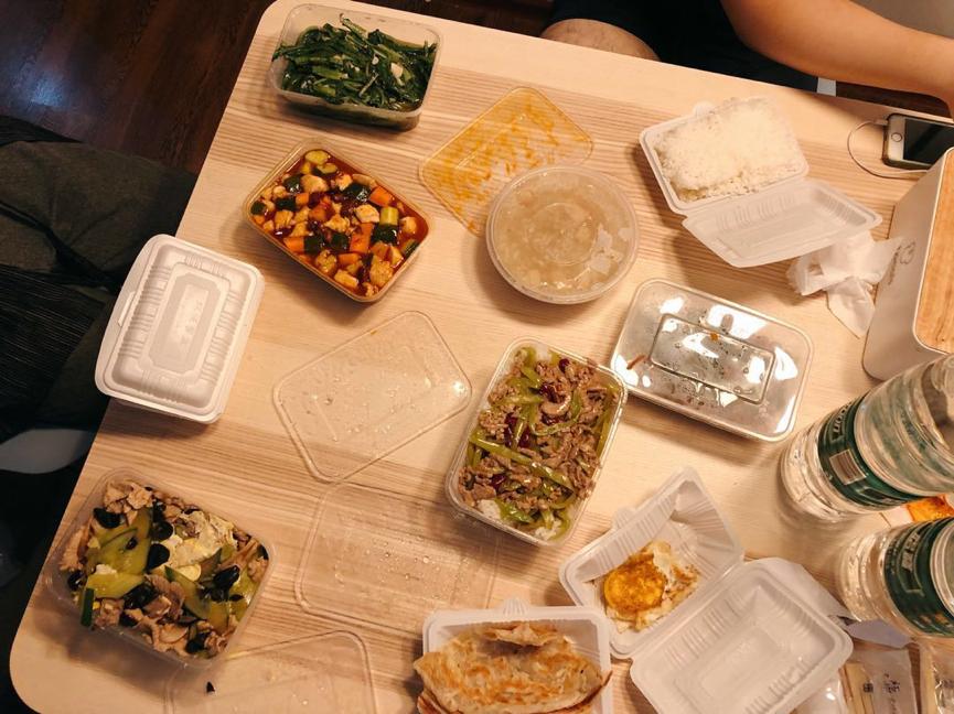 當晚的宵夜,國民蓋飯三大件:宮保雞丁、青椒肉絲、木須肉