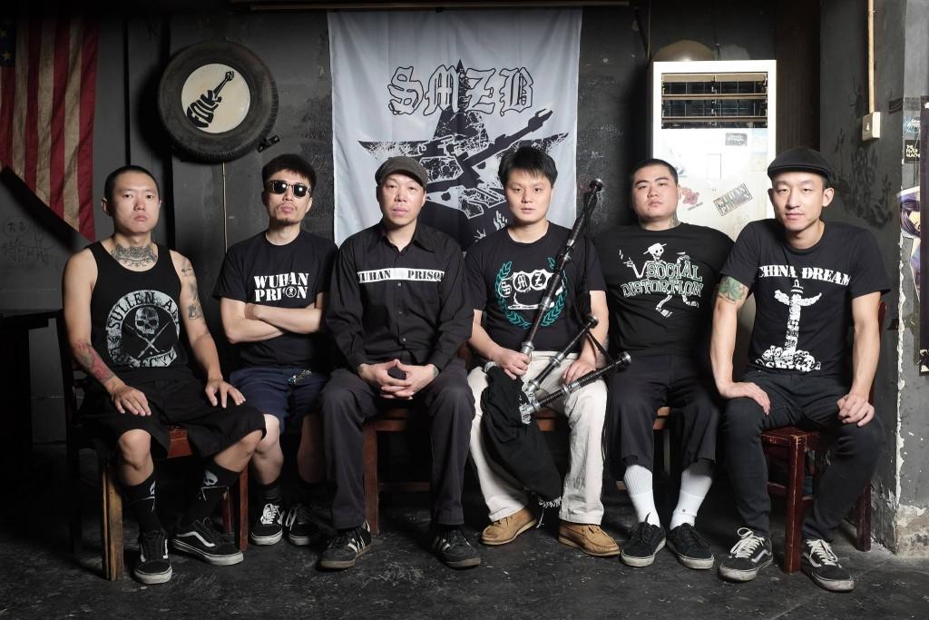 1996 年的生命之餅,是武漢第一支龐克樂隊,也是中國最早的龐克樂隊之一。由成軍之際的 grunge 風格,揉捻 ska、硬核,並於 2008 年《十年反抗》專輯中加入風笛與斑鳩琴,蛻變為豪邁激昂的凱爾特龐克樂隊。