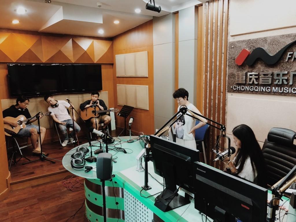 在廣播錄音室,調試聲音中。