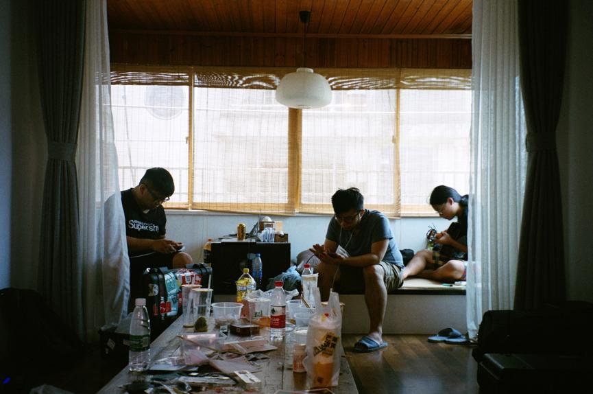 他們住的房間鄰著小秦淮河,採光很好,桌面這個雜亂程度只是正常發揮(攝影:張凱傑)