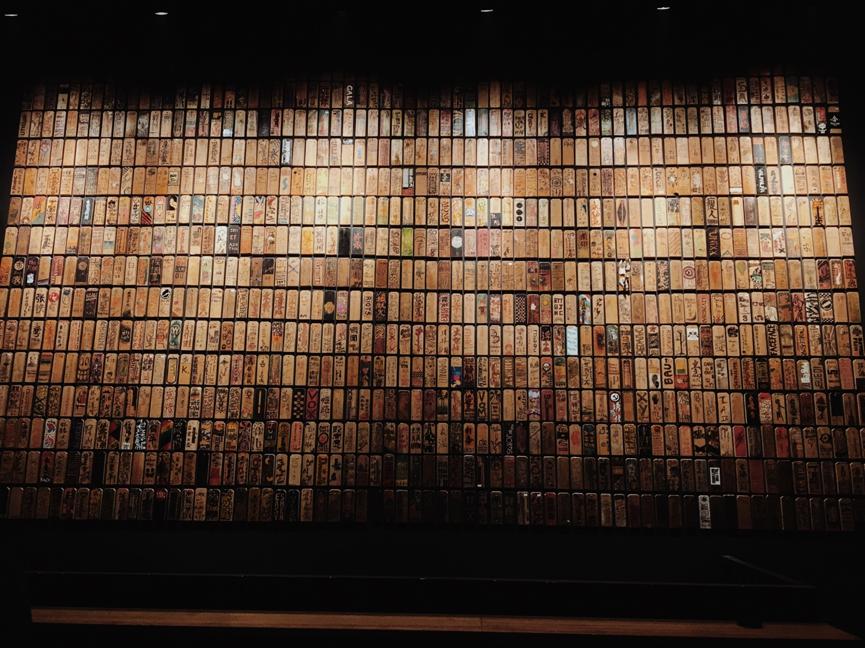 有一面掛滿了木牌的墻,上面的圖案都來自這裡演出者的手繪。