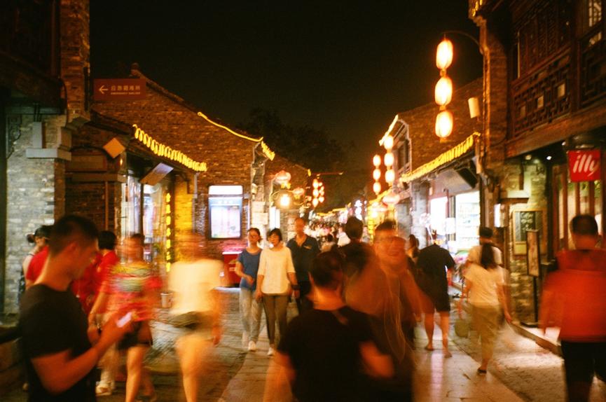 夜晚的東關街(攝影:張凱傑)