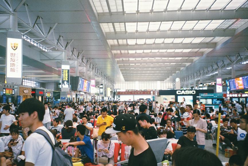 人滿為患的上海虹橋火車站