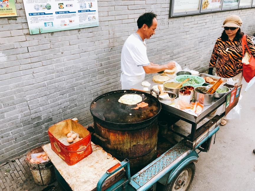 雞蛋火燒是很常見的巷弄小吃,雞蛋和蔥油夾在麵餅里,火爐烤至酥脆。