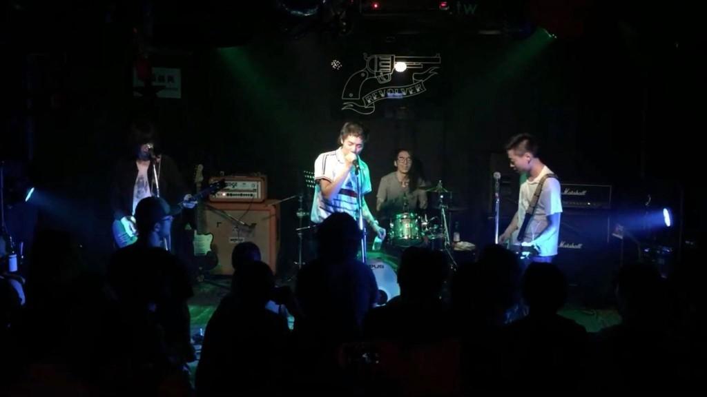 髒手指來台巡演,鼓手簽證臨時出狀況,Bliiy Drummed 前一天練十首歌,第二天表演。