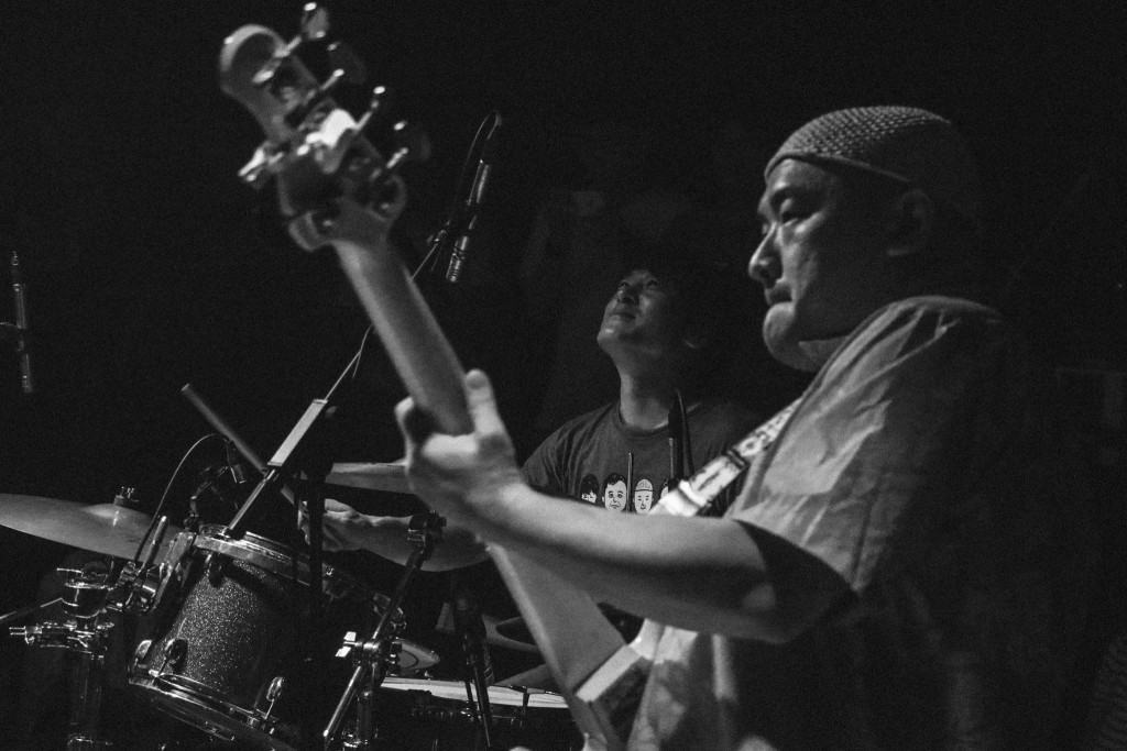 最近早川徹(Toru)也慢慢開始跟台灣音樂人合作,一些我身邊的爵士樂朋友都跟他玩過,也跟泥灘地浪人吉他手 David Chen 一起當主流歌星的樂手。