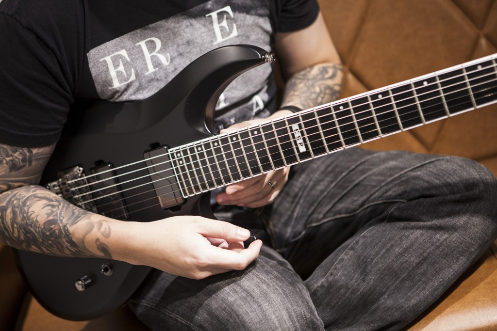 Jon 說 E-II BTL-G7 Prototype 採用 Fishman Fluence Modern Pickups,是 Fishman 近期開發出的電吉他拾音器;只開發電木吉他 PU 的 Fishman 曾誇下海口「若不開發出一個革命性的電吉他拾音器之前,何必量產去加入現在的市場競爭?」果不其然這款 PU 推出後即受諸多吉他手好評,甚至不少樂手因為這款 PU 跳槽。