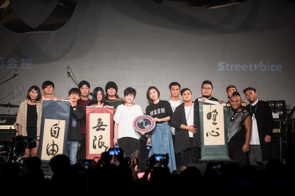 導師蔡健雅、製作人蕭賀碩贈字給各學員;學員們將成果曲〈迷走〉CD 贈予兩位導師。