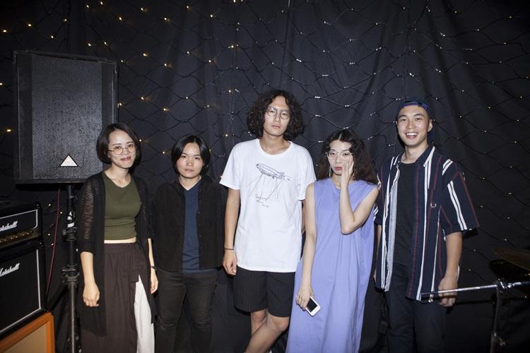 (由左至右)鼓手佩蓬、吉他手永純、主唱/吉他手章羣、主唱/合成器手 Mandark、貝斯手漢克。