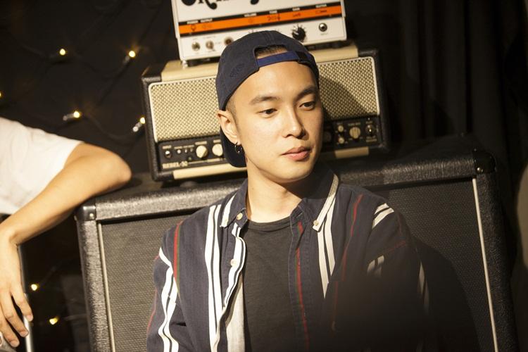 漢克之前曾擔任街頭藝人黃奕儒的客座樂手,現在除了I Mean US,同時也是SADOG的貝斯手。