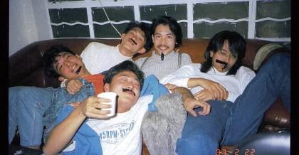 1987年,陳健添生日,Beyond 和朋友在旺角排練房「二樓後座」喝酒慶祝