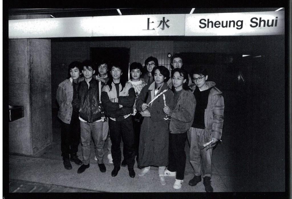 後排為小島樂隊成員。左起:岑德偉(貝斯)、何日君(鼓手)、孫偉明(鍵盤)、鄧惠恩(主唱)、黎允文(吉他)