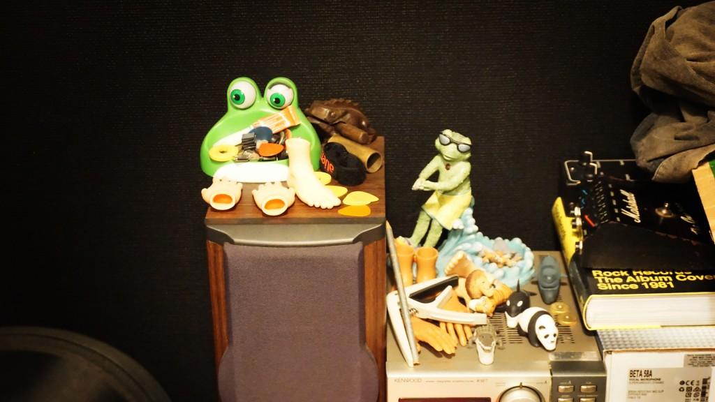 曾國宏在肥頭的工作間裡面放著不少有趣的小蒐藏,像是戽斗星球的野生動物;而青蛙不但跟長相有關,也跟他很熱衷的網路迷因(meme)Pepe the Frog 脫不了干係。