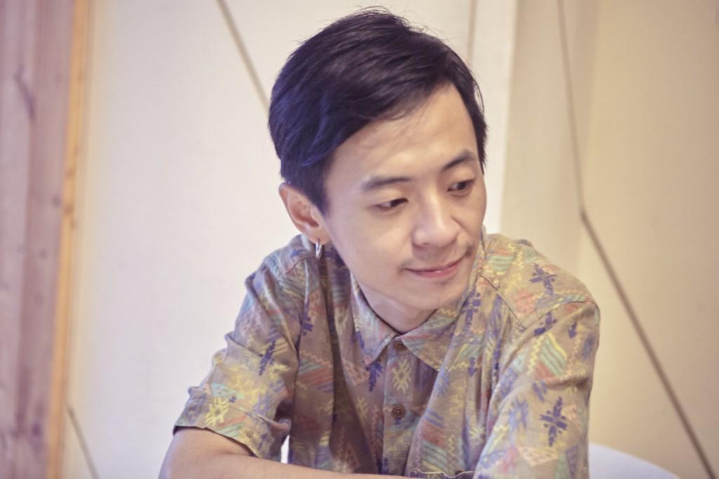 吉他手中凌負責樂團初期編曲的架構,自己也開工作室接配樂案。